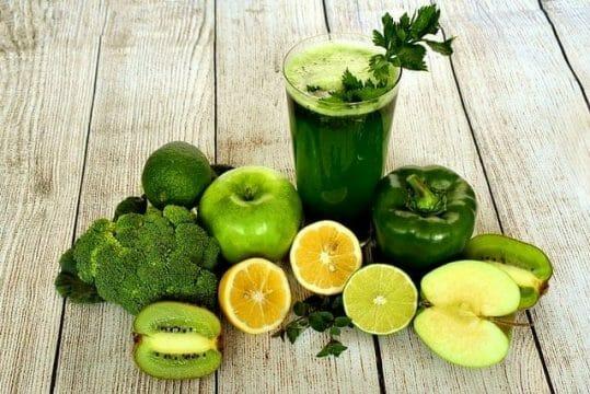 zumo de frutas y verduras verdes