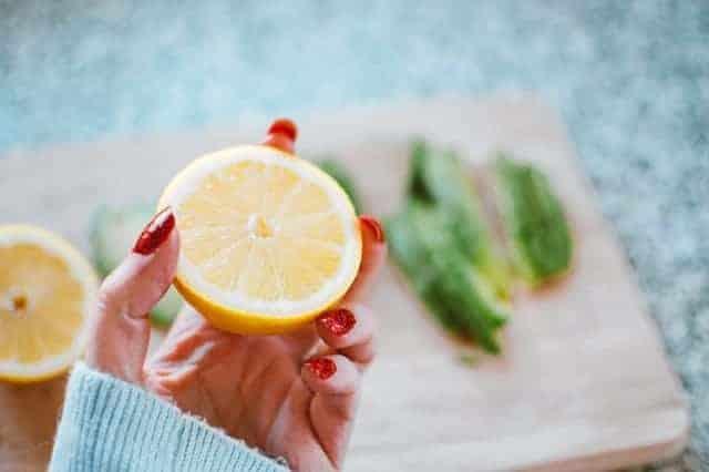 dłoń trzymająca cytrynę