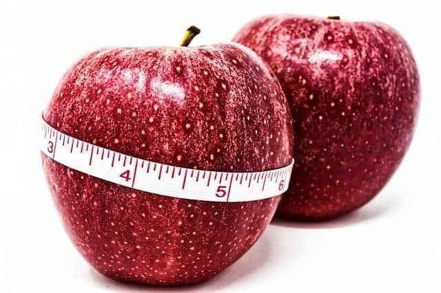 manzana atada por un centímetro, control de peso