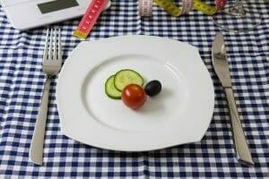 verduras en el plato, cuchillo y tenedor