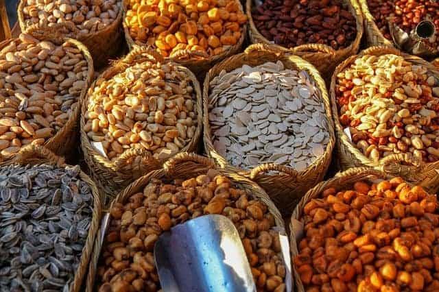 canastas con diferentes tipos de frijoles y nueces