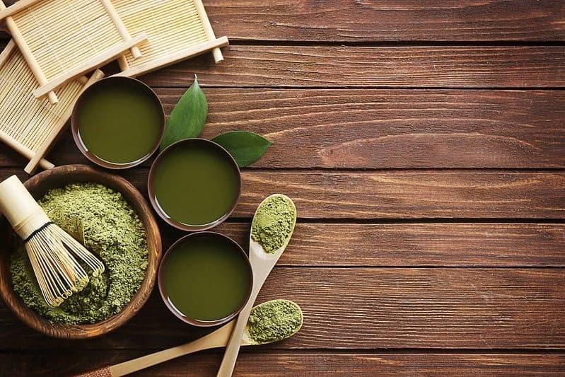 té verde matcha en polvo en ensaladas y tazas líquidas