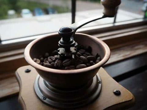 granos de café en el molino