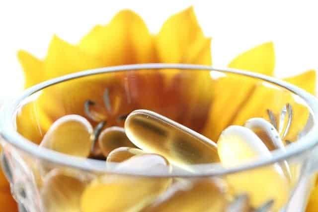 pastillas en un vaso, flor amarilla en el fondo