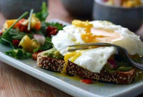 una comida saludable - tostadas integrales con huevo y verdura