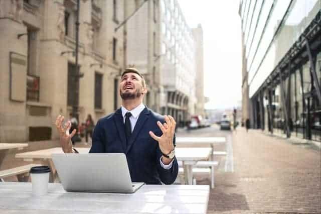 Un hombre nervioso trabajando en su portátil