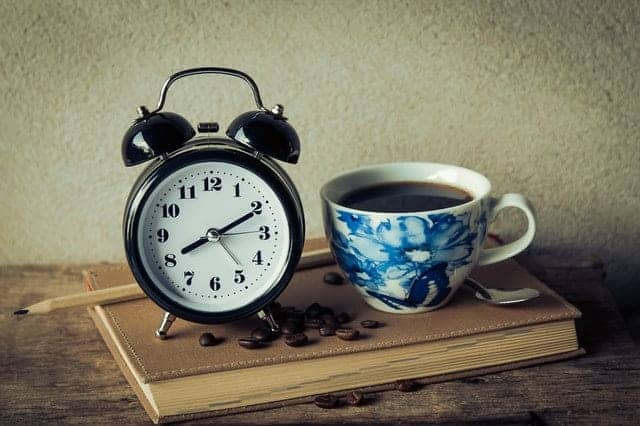 una taza de café y un despertador
