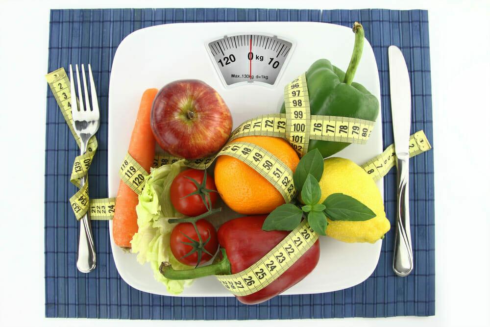 Verduras y frutas en el plato con un centímetro