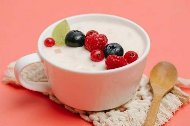 Yogur con fruta en taza