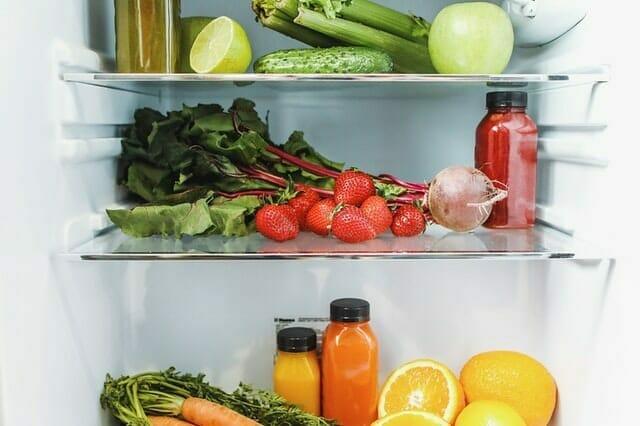 dentro de la nevera, verduras, frutas y zumos