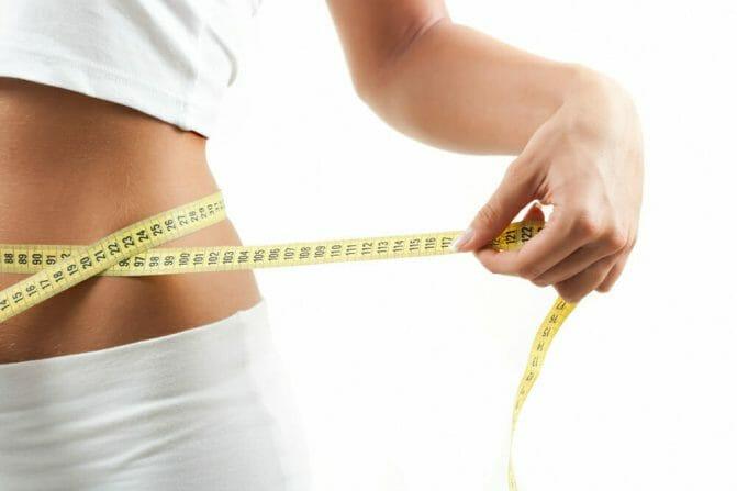 una cintura delgada medida con un centímetro