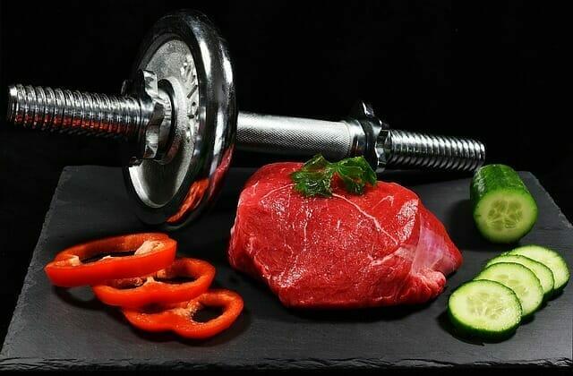 Mancuernas, un trozo de carne y verduras
