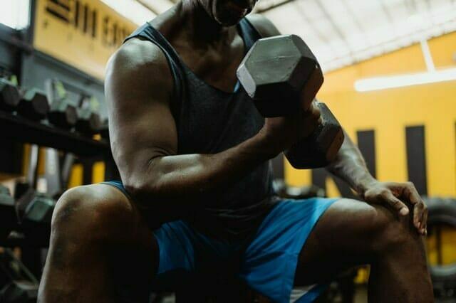 hombre haciendo ejercicio con mancuernas