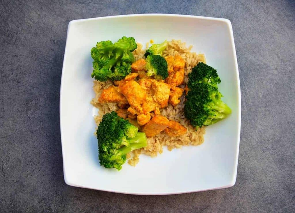 arroz con pollo y brócoli en un plato