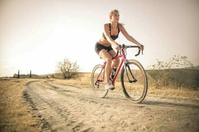 una mujer monta en bicicleta